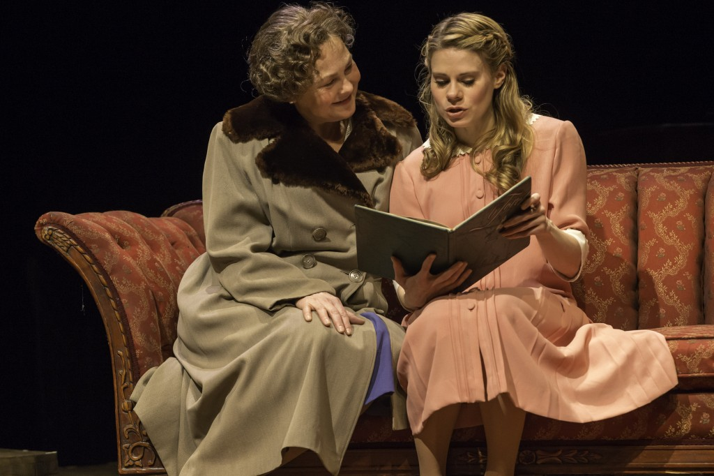 Tennessee Williams' Glass Menagerie: Summary & Analysis