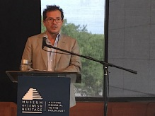 Leguizamo at podium